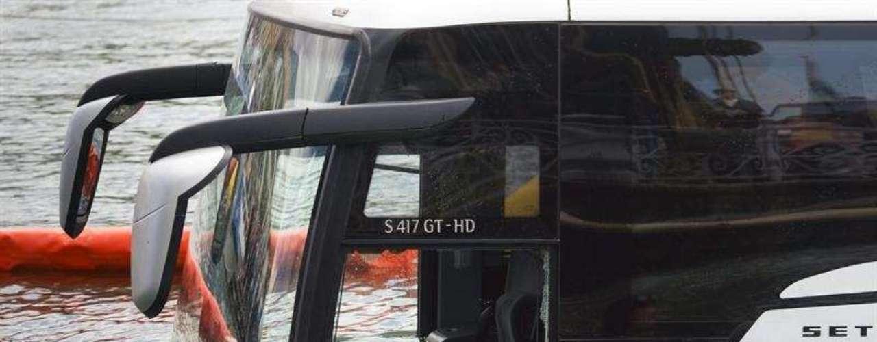 Un autobús turístico cayó al lago Lemán (también conocido como Ginebra), en Vevey, Suiza, el lunes 3 de junio de 2013. El conductor estacionó el autocar en una vía con pendiente después de que los pasajeros bajaran, y el vehículo rodó hasta el agua.