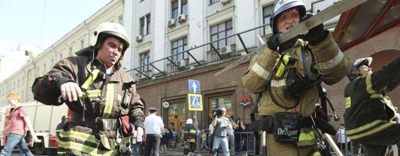 Bomberos rusos extinguieron un incendio en un túnel de la red de metro, junto a la estación Okhotny Riad, en el centro de Moscú, el miércoles 5 de junio de 2013. Cientos de pasajeros fueron evacuados del túnel después de que un cable de alta tensión provocase fuego en el lugar.