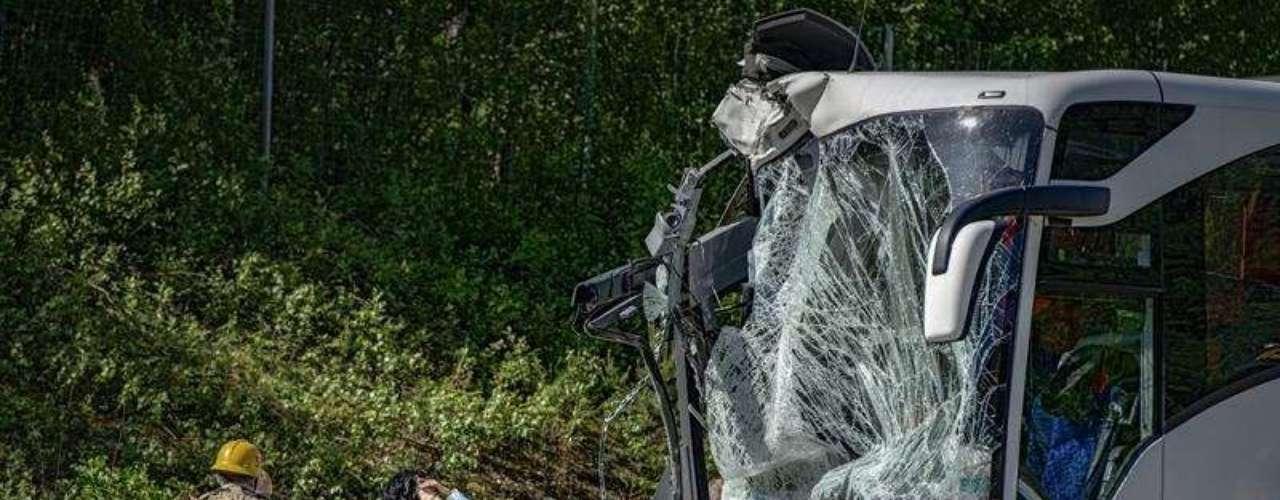 Dos autobuses se impactaron con un camión cisterna de combustible en una autopista cerca de la localidad de Orebro, en el centro de Suecia, el lunes 3 de junio de 2013. Catorce personas resultaron heridas en el accidente.