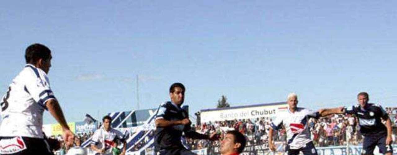 El arquero Josué Ayala jugó la última temporada en Independiente Rivadavia de Mendoza y también tiene que pegar la vuelta