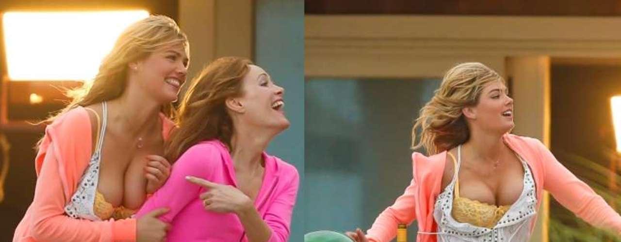 7 de Junio - Kate Upton muestra de más en el set de rodaje. La actriz que se encuentra grabando 'The Other Woman' corre feliz por la pradera, y sus fanáticos aún más complacidos con su sexymovimiento.