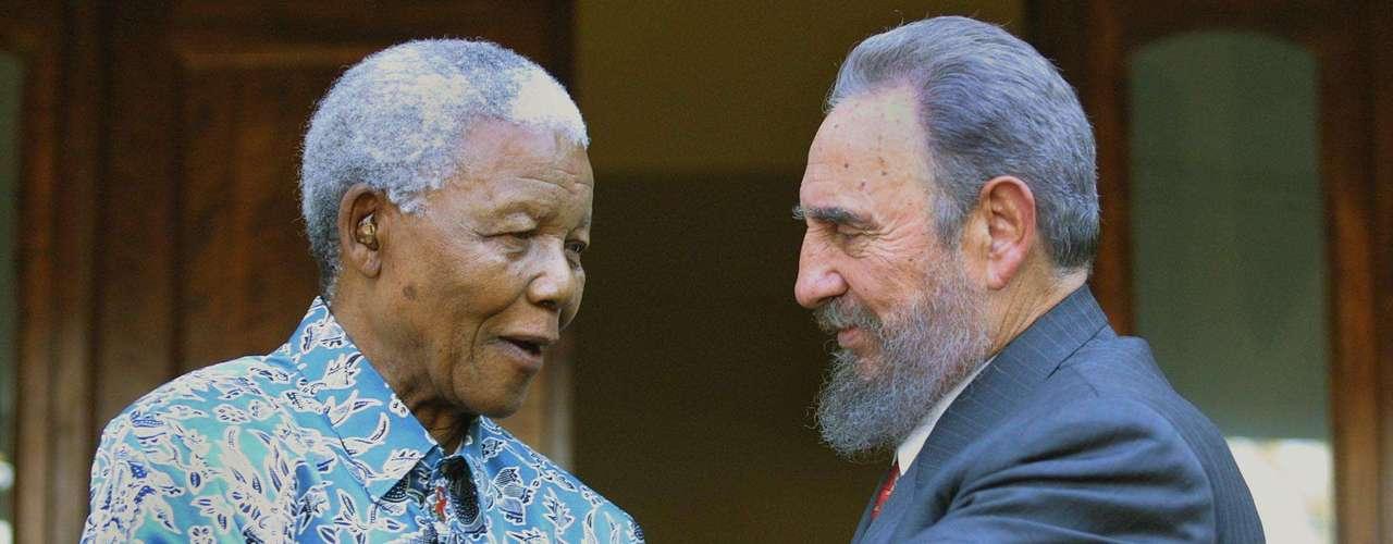 El ex presidente sudafricano Nelson Mandela con el líder cubano Fidel Castro. 2 de septiembre de 2001.