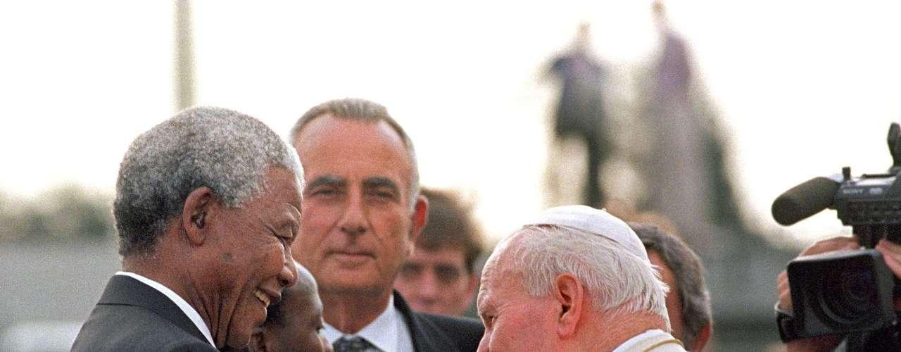 El expresidente sudafricano, figura venerada más allá de las fronteras de África, se reunió con líderes mundiales, políticos, realeza, celebridades y deportistas, entre otros.  En la imagen, Juan Pablo II y Nelson Mandela en Johannesburgo, Sudáfrica, 16 de septiembre de 1995.