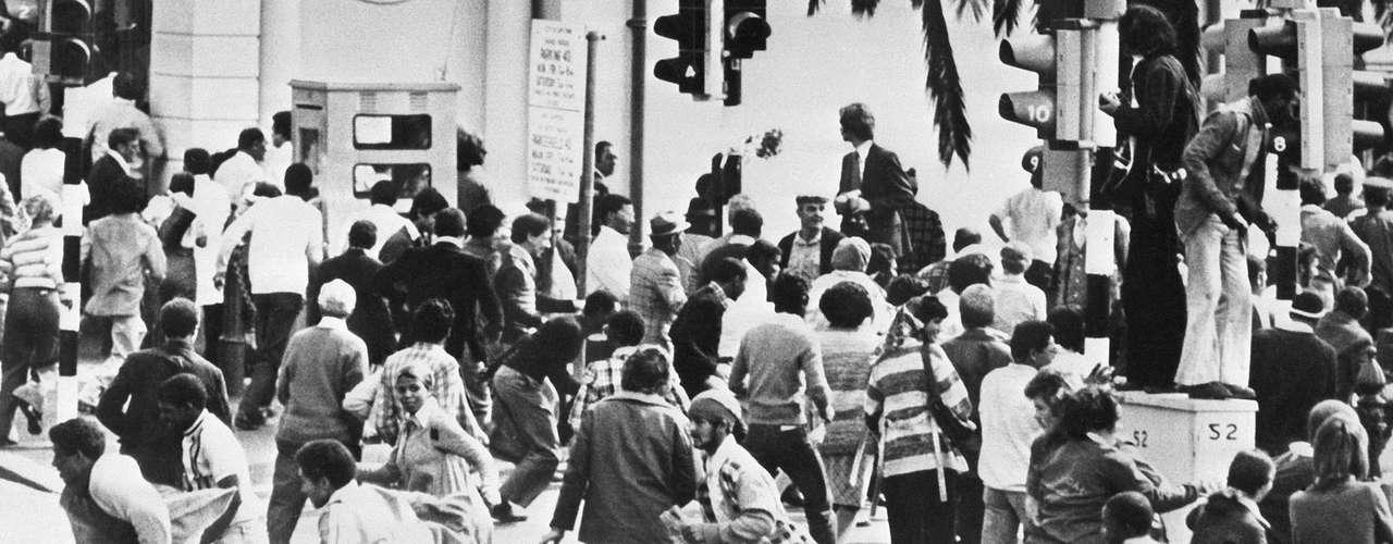 En junio de 1976 el Consejo de Seguridad de la ONU condenó el gobierno de Sudáfrica por su política de apartheid y  la represión de las protestas negras en Soweto que causaron cientos de muertos y miles de heridos.