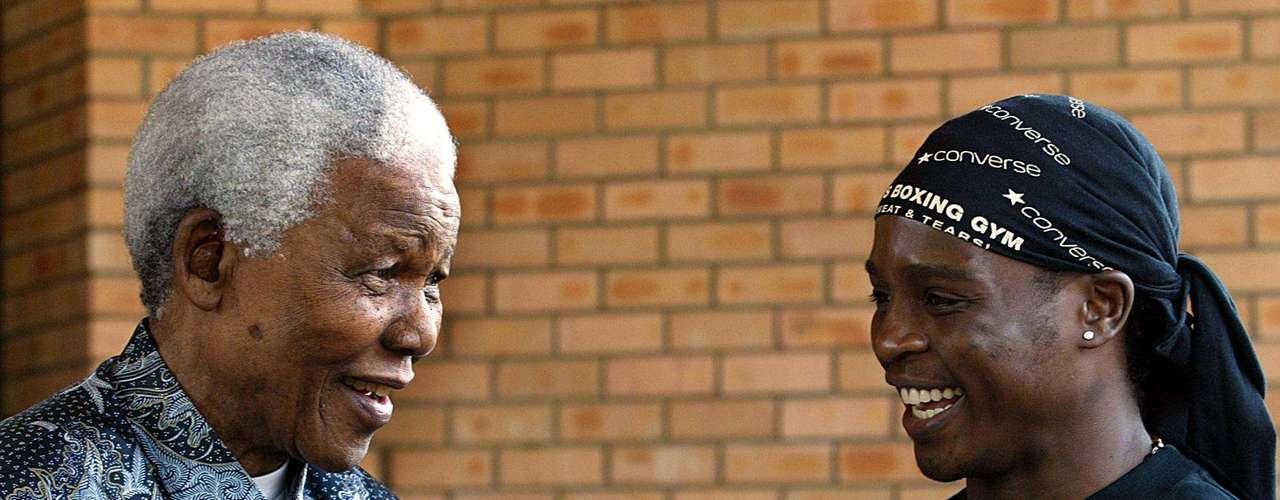 Nelson Mandela y el ex boxeador Philip Ndou. 07 de octubre de 2003.