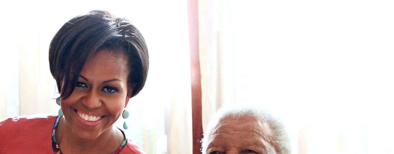 El ex presidente sudafricano Nelson Mandela con la primera dama de EE.UU. Michelle Obama en su casa de Johannesburgo, el 21 de junio de 2011.