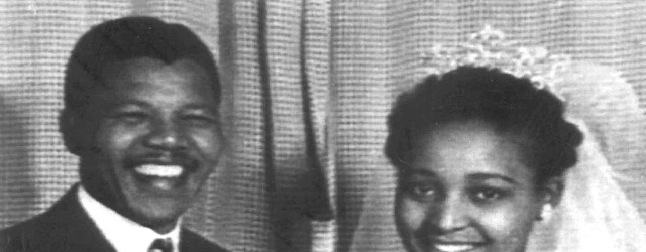 Mandela se casó tres veces y tuvo seis hijos. Con Winnie Madikizela tuvo dos hijas, Zenani (Zeni), nacida el 4 de febrero de 1958, y Zindziswa (Zindzi), nacida en 1960.