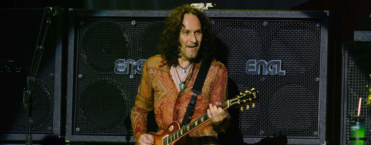 Vivian Campbell, guitarrista de Def Leppard reveló en junio de 2013 que tiene linfoma de Hodgkin, un tipo de cáncer, pese a su enfermedad salió de gira con la banda advirtiendo con un tono irónico que cambiará de look.