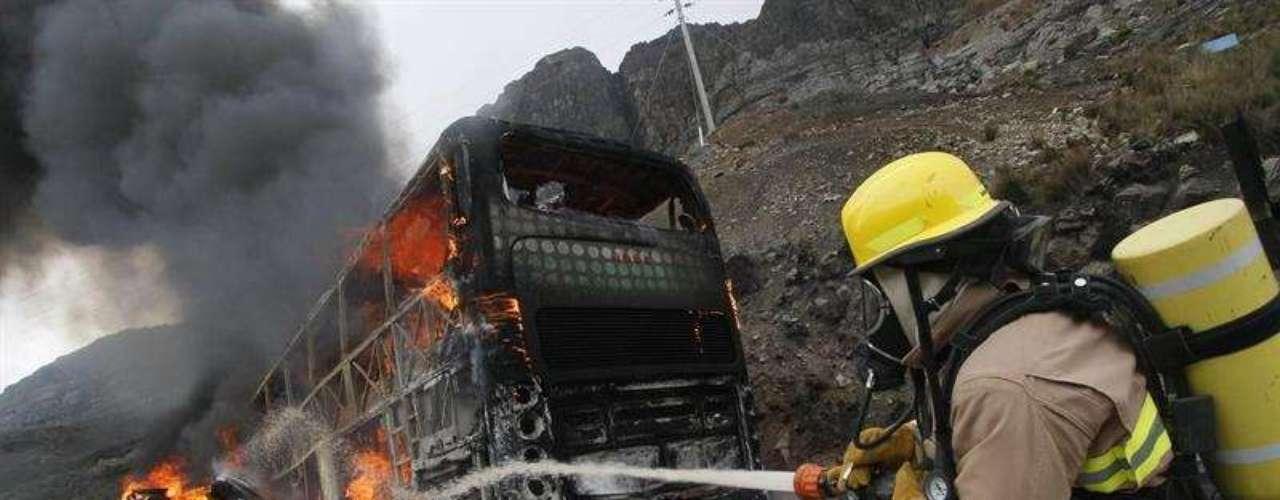 Un ómnibus de pasajeros chocó con un camión cisterna que transportaba combustible y se incendió el miércoles 12 de junio de 2013, en el distrito de Morococha, en el centro de Perú.