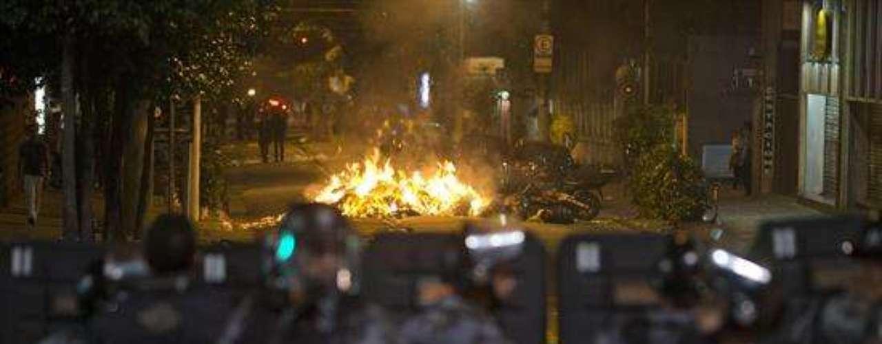 Miles de manifestantes en Sao Paulo y Río de Janeiro bloquearon avenidas céntricas, destrozaron autobuses, incendiaron basura y se enfrentaron con la policía para protestar contra el alza del precio del transporte público, a dos días del inicio de la Copa Confederaciones en Brasil.