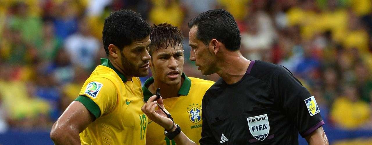Neymar y Hulk hablan con el árbitro.Brasil y Japón están en el grupo A junto a Italia y México.