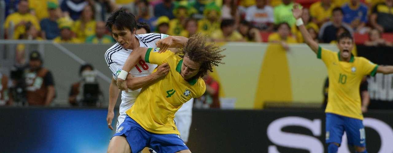 David Luiz, jugador del Chelsea, disputa el balón con el centrodelantero Ryoichi Maeda.