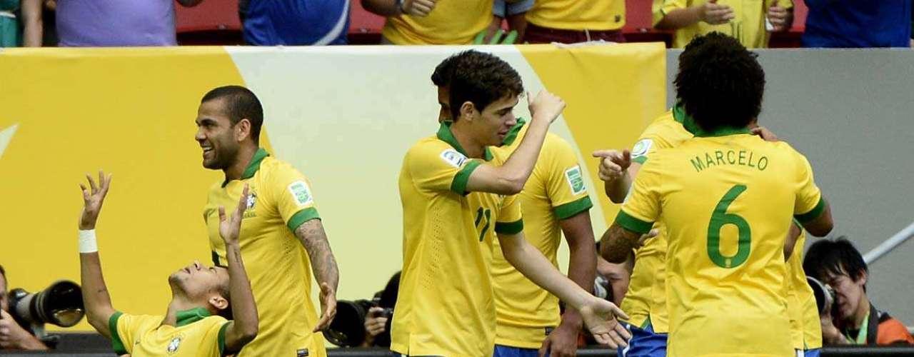 Los jugadores celebraron el primer tanto de Neymar, recientemente contratado por el Barcelona.