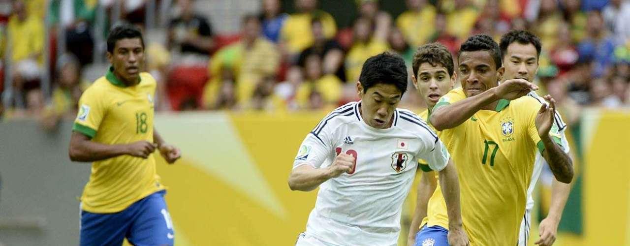 Luiz Gustavo pelea por el balón bajo el dominio de la estrella del equipo nipón, el delantero Shinji Kagawa, volante ofensivo del Manchester United.