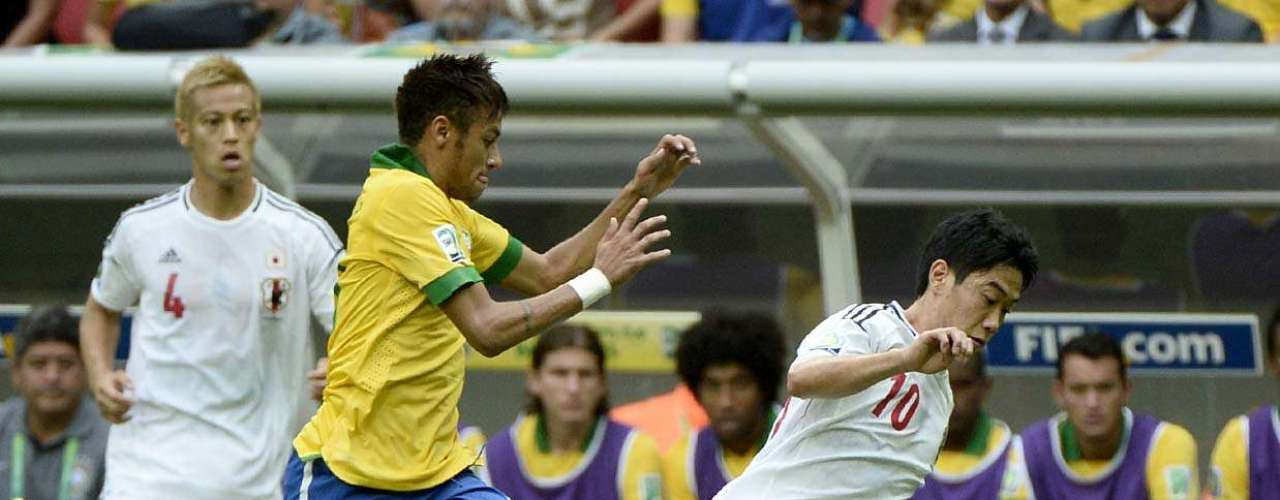 Neymar también entró en la disputa con el mediocampista Kagawa.
