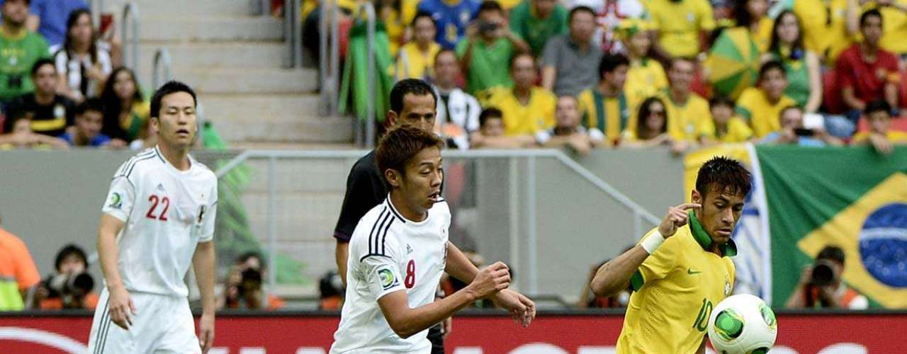 El delantero Neymar intenta escaparse de la marcación del centrocampista Hiroshu Kiyotake.