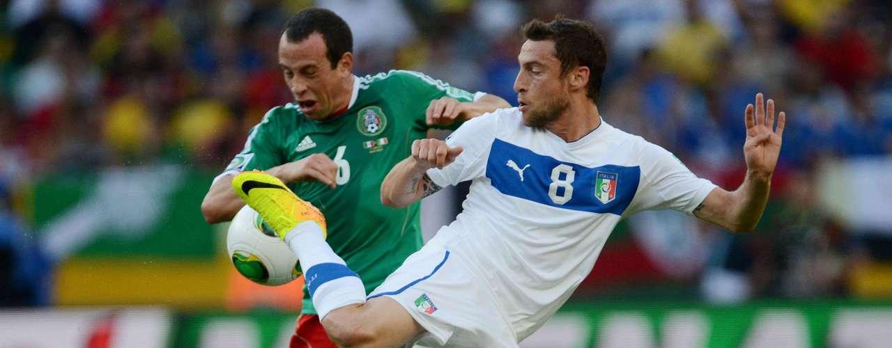 Italia se apoderó del mediocampo y poco a poco fue metiendo a México en su porpia área.
