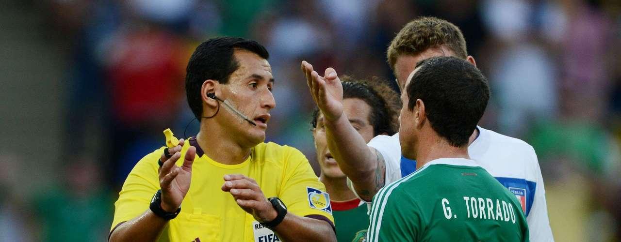 El árbitro central, Enrique Osses, tuvo mucho trabajo durante el partido.