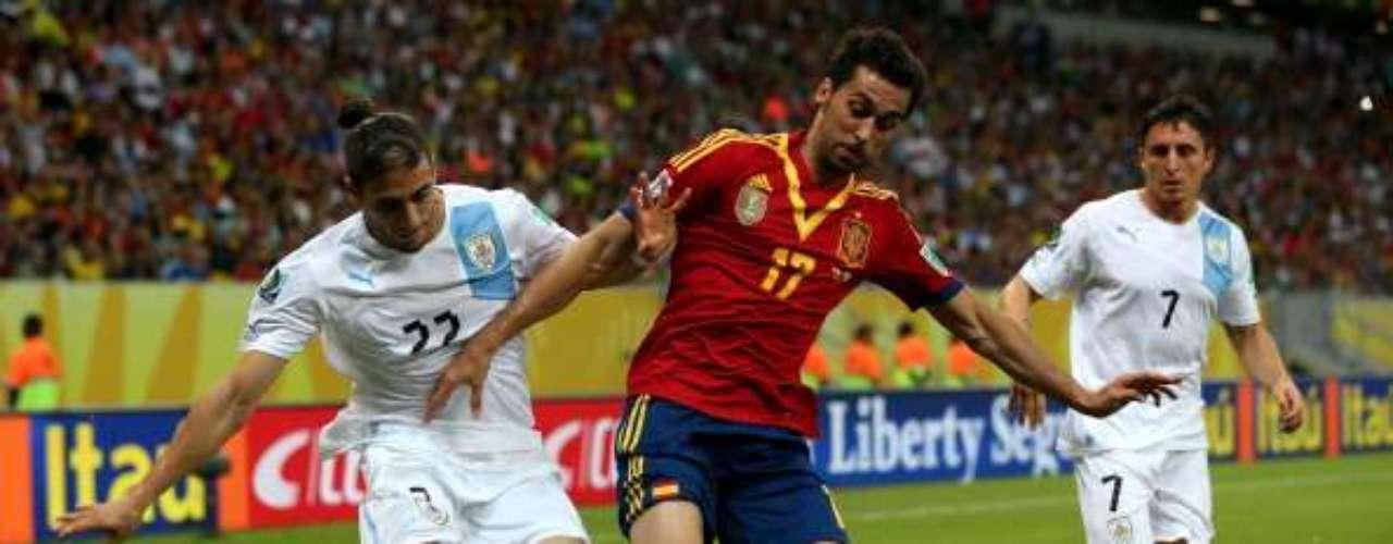 Arbeloa protege el balón entre dos adversarios.