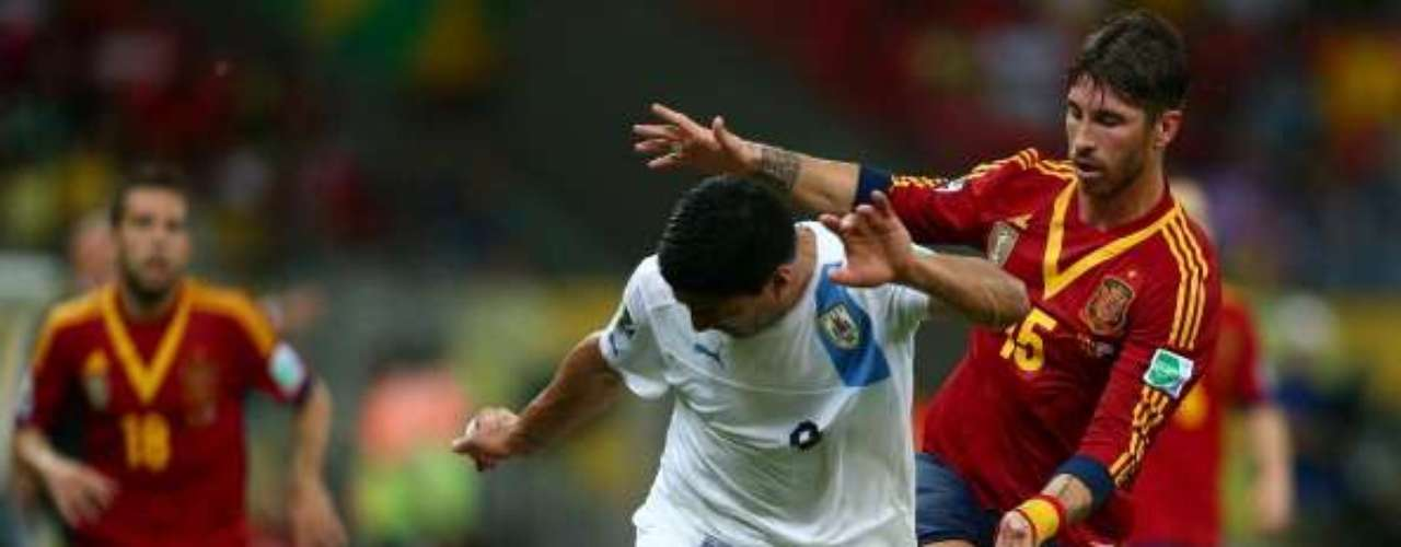 Sergio Ramos pugna con Luis Suárez.