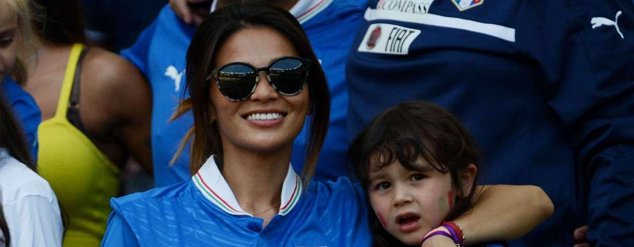 La esposa e hija de Diamanti apoyaron al futbolista en el segundo día de la Copa Confederaciones.