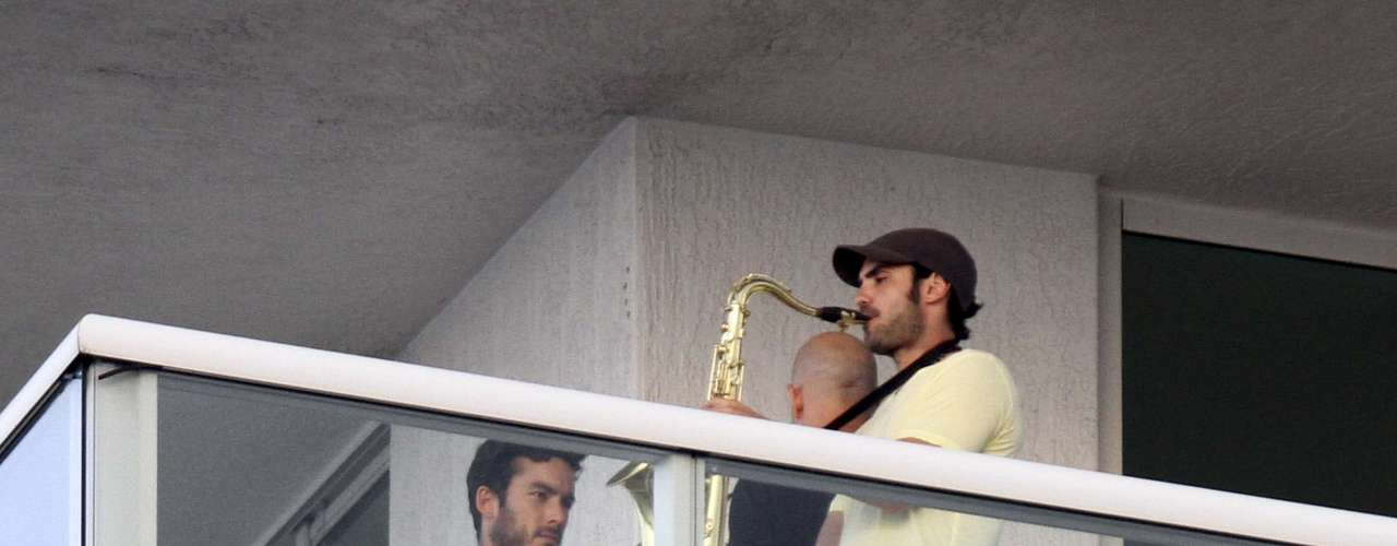 17 de Junio - ¡Qué sexy! Aarón Díaz toma clases para aprender a tocar el saxofón que aún no sabemos si lo hace por hobby o por que su nuevo personaje en 'Santa Diabla' así lo requiera.
