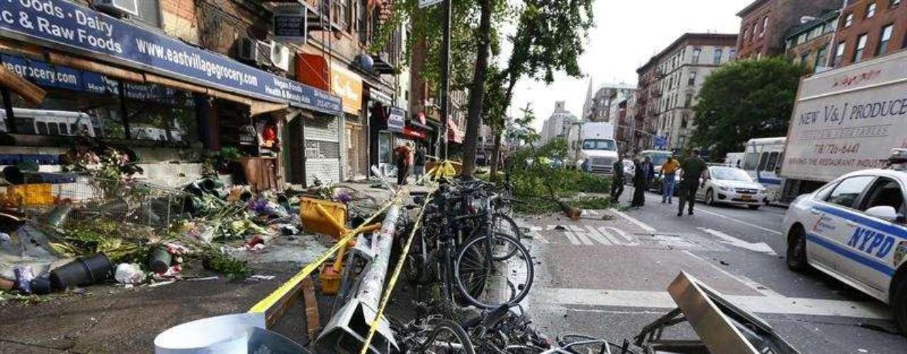 Un coche chocó en la esquina de la calle Cuarta Oeste y la Segunda Avenida en Nueva York, en Estados Unidos, el miércoles 19 de junio de 2013. El vehículo derribó dos árboles, una boca de incendios, un parterre, una fila de bicicletas y colisionó contra una tienda de comestibles.