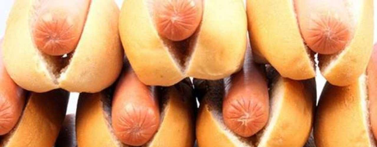 """VENDEDOR DE HOT DOG: Conocidos en Venezuela como """"Perrocalienteros"""" o """"perreros"""". Su labor consiste en limpiar su puesto de trabajo, cortar verduras, preparar salsas y armar el producto final )hot dog), para entregarlo a sus consumidores. Su salario promedio: entre 30.000 y hasta 100.000 dólares por año, según Odd Jobs: Cómo divertirse y ganar dinero en una mala economía."""