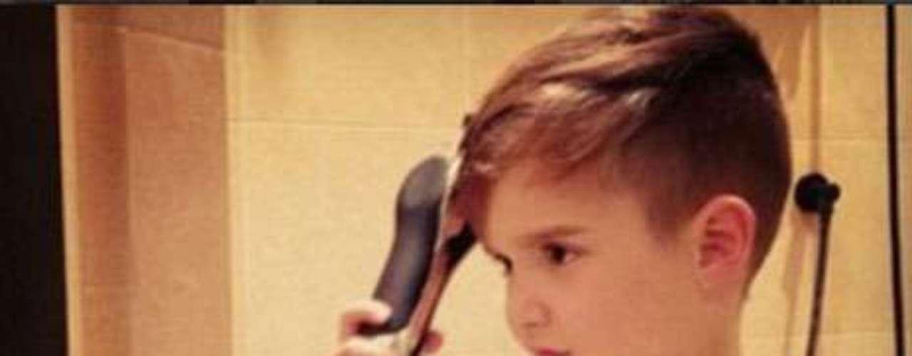 Otras de las críticas señalan que a esta edad un niño no tendría ni por qué utilizar pinzas para el pelo.