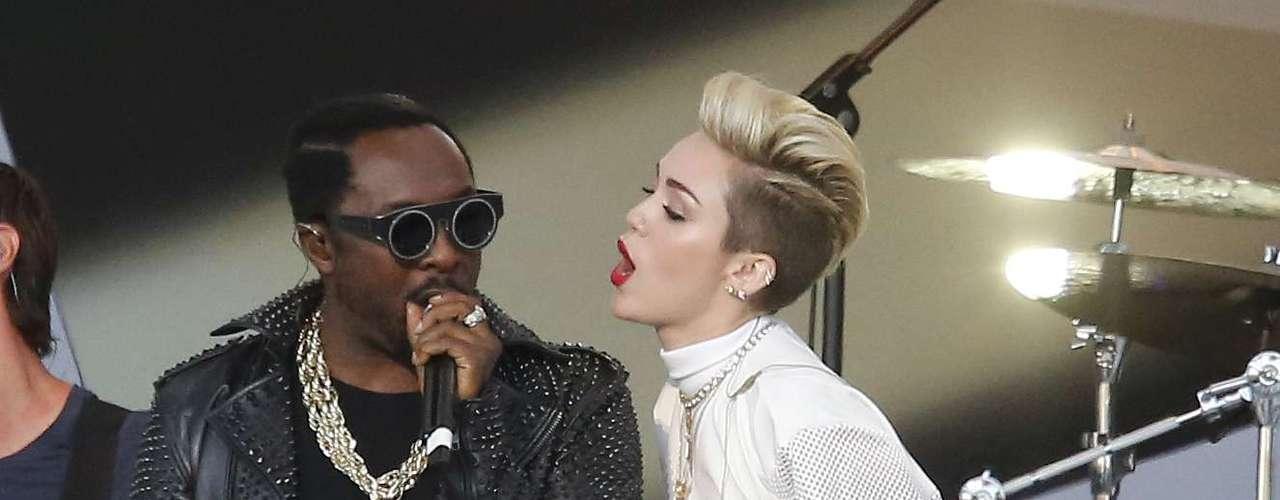 26 de Junio -Miley Cyrus se contoneó junto a Will.i.am cuando cantaron el tema\
