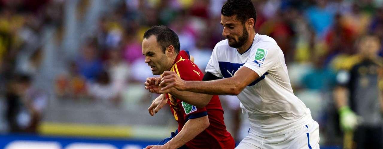 Andrés Iniesta no fue el del Barcelona y pasó grandes apuros en los primeros 45 minutos.
