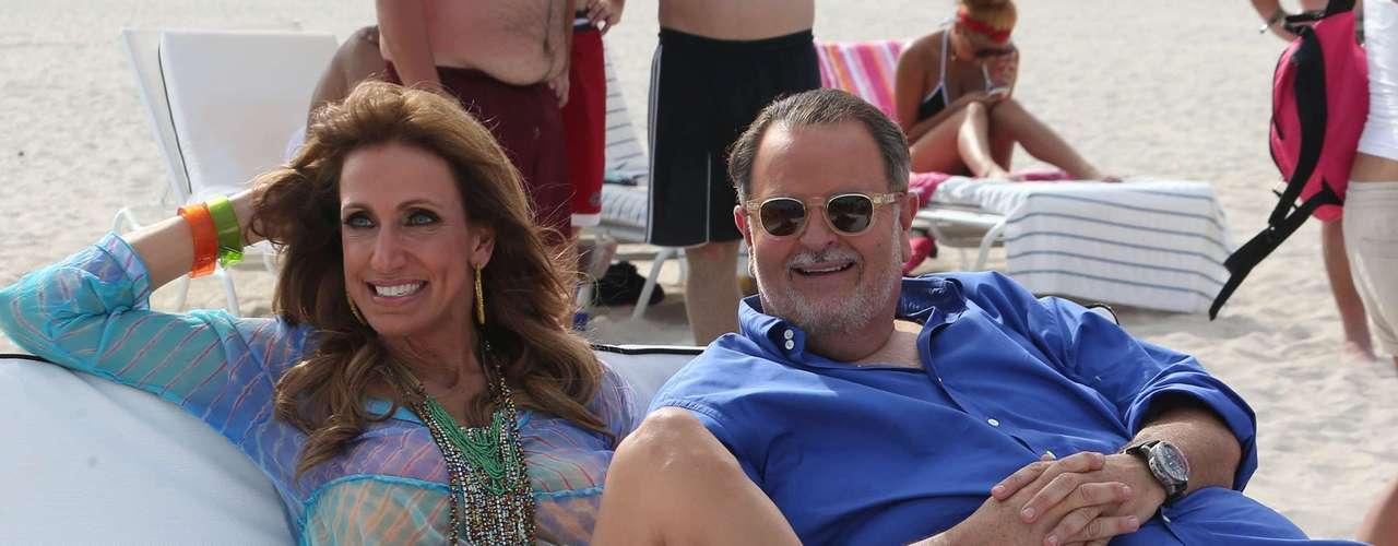 27 de Junio - Lili Estefan y Raúl de Molina llevaron el programa de 'El Gordo y La Flaca' hasta la playa. Los presentadores grabaron desde el paradisiaco lugar una emisión más de su programa de chismes