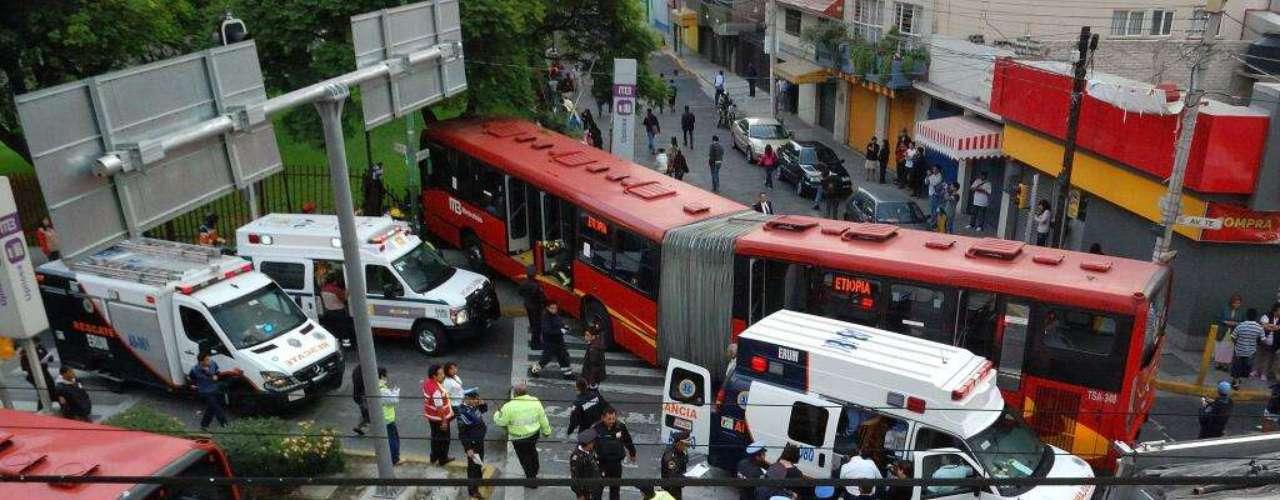 El 29 de junio, un convoy de la Línea 2 del Metrobús y una camioneta se impactaron en el eje 4 Avenida del Té, casi esquina con Sur 187 en la Colonia Granjas México, delegación Iztacalco.