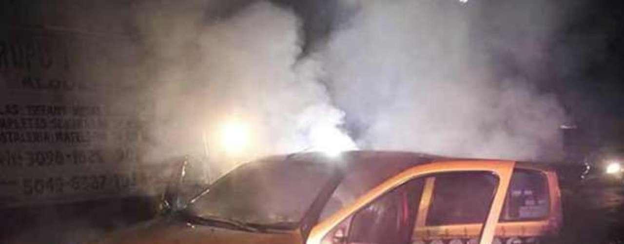 El 1 de julio, policías preventivos rescataron al conductor de un taxi que se incendió cuando circulaba por calles de la Colonia Doctores.