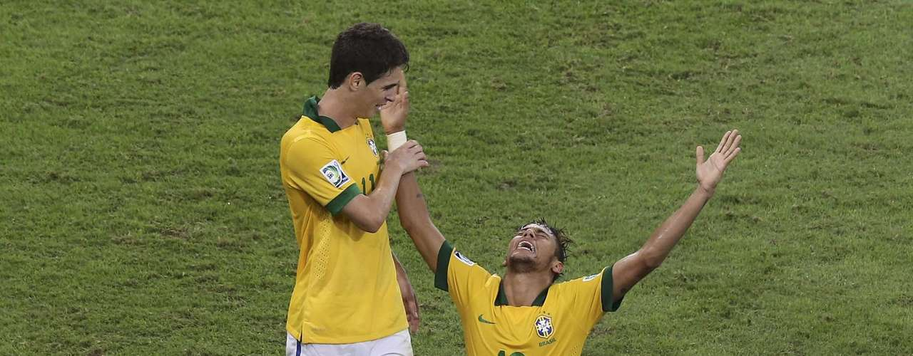 Brazil's Neymar (R) celebrates scoring a goal against Spain with teammate Oscar during the Confederations Cup final soccer match at the Estadio Maracana in Rio de Janeiro, June 30, 2013.   REUTERS/Paulo Whitaker (BRAZIL  - Tags: SPORT SOCCER)