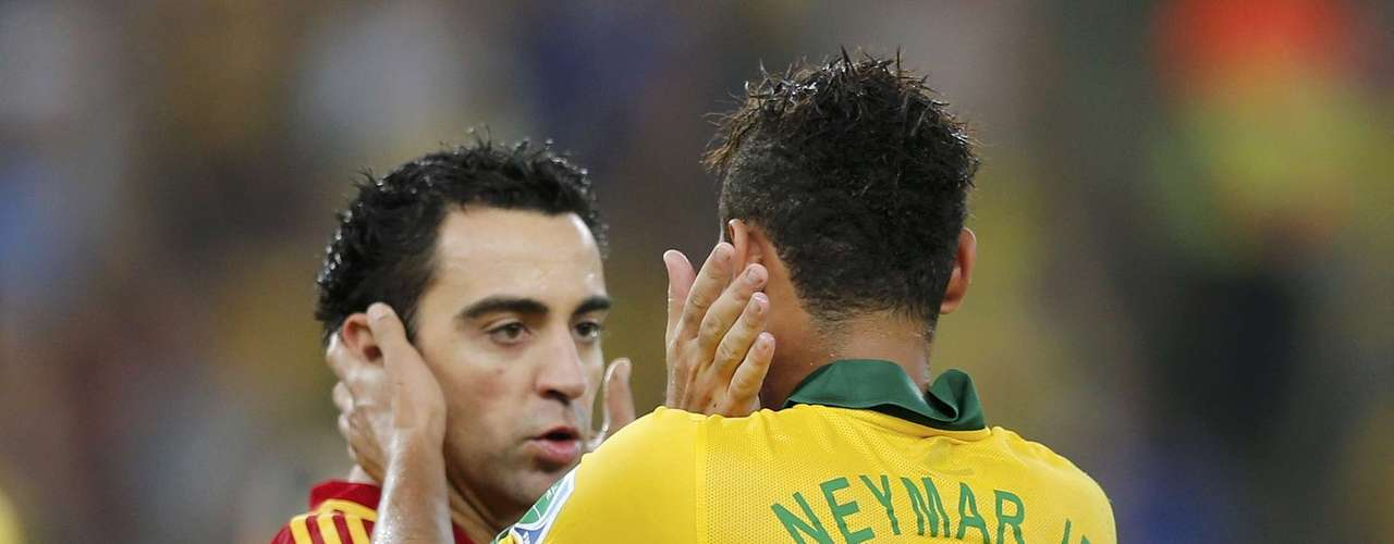 Brazil's Neymar (R) is congratulated by Spain's Xavi after Brazil defeated Spain in the Confederations Cup final soccer match at the Estadio Maracana in Rio de Janeiro, June 30, 2013. REUTERS/Sergio Moraes (BRAZIL  - Tags: SPORT SOCCER)