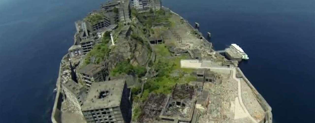 Gunkanjima, también conocida como Hashima, es una isla desierta de hormigón que se desmorona poco a poco en la costa oeste de Japón e inspiróel bunker del rival de James Bond, Raoul Silva, interpretado por Javier Bardem.
