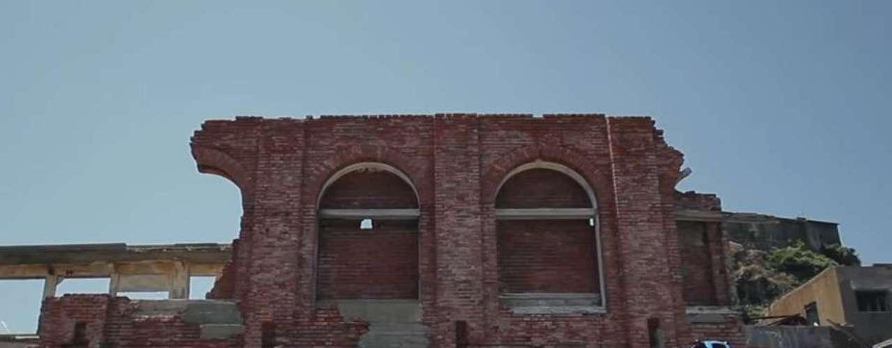 A pesar de no estar disponible para los turistas, la isla se ha convertido en un imán irresistible para los exploradores urbanos que van a investigar y fotografiar sus edificios abandonados.