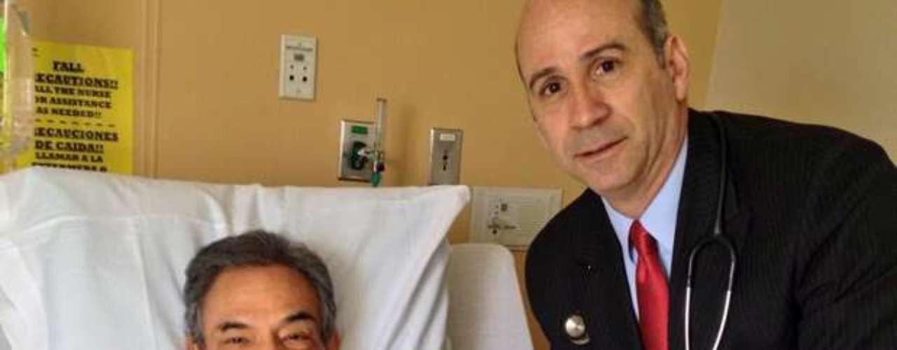 José José se encuentra recuperándose satisfactoriamente, luego de haber sido hospitalizado para someterseunaintervención que quirúrgica, así lo informó la propia estrella en las redes sociales, medio por el cual público esta imagen junto a su doctor con el siguiente mensaje: \