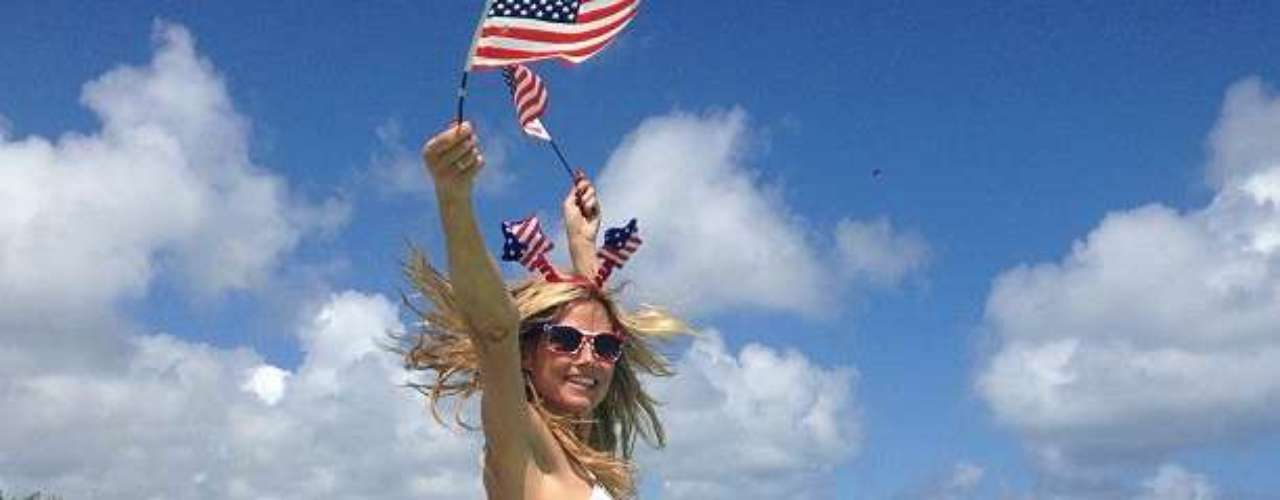 Heidi Klum hermosa en una fabulosa playa les desea a todos Un feliz Día de la Independencia en su cuenta de instagram