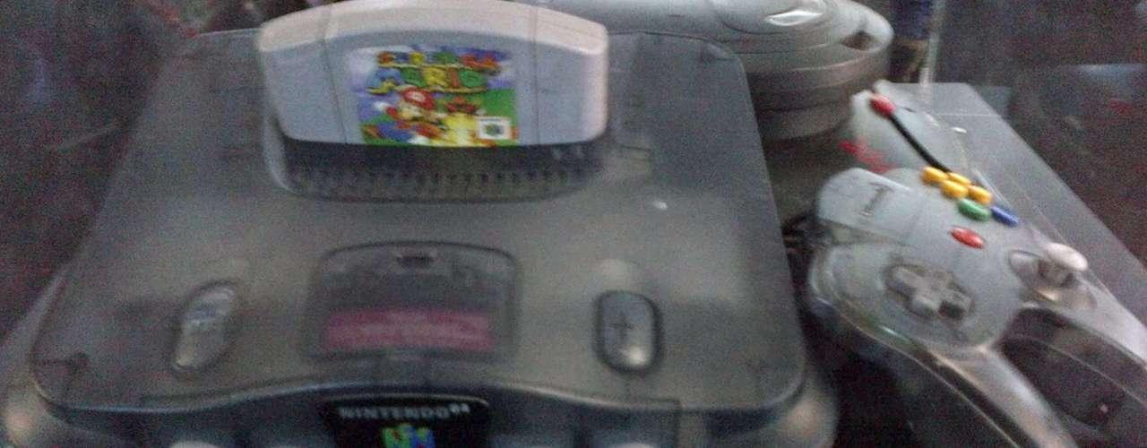 NINTENDO 64.- El Nintendo 64 fue la cuarta videoconsola de Nintendo, desarrollado para suceder al Súper Nintendo y para competir con la Saturn de Sega y la PlayStation (PSX) de Sony.