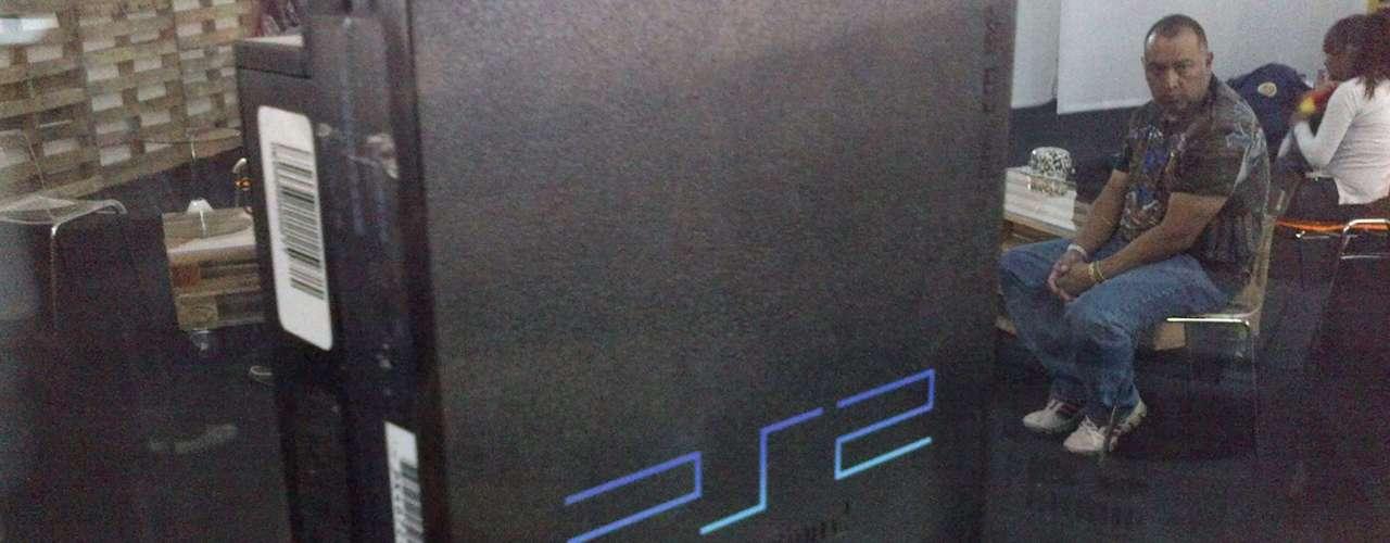 PLAYSTATION 2.- Es la segunda videoconsola del modelo PlayStation de Sony Computer Entertainment. Fue lanzada por primera vez el 4 de marzo del año 2000 y su producción duró 13 años hasta que Sony anunció que dejaría de producirla el 10 de enero de 2013.