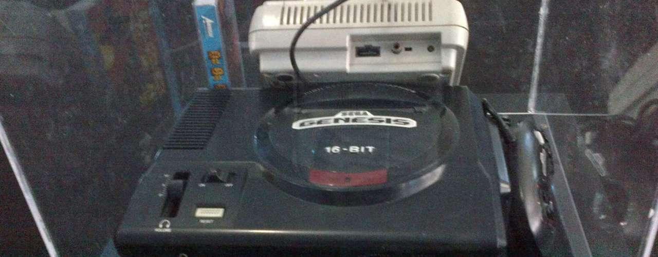 SEGA GENESIS.- En Europa, incluyendo España, la consola llegó en 1990. En Estados Unidos, México y algunos países de Sudamérica, como Argentina y Chile. Compitió contra Nintendo.