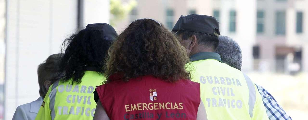 Una psicóloga recibe a los familiares de las víctimas del accidente de autobús ocurrido esta mañana en Tornadizos, a unos seis kilómetros de Ávila, en el polideportivo municipal \