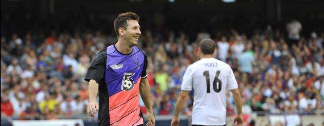 Messi terminó su gira de caridad en Chicago, donde las ex estrellas de la Northwestern University se vieron obligadas a reemplazar a los jugadores que cancelaron.