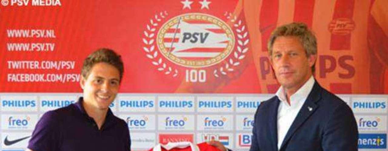 En su página oficial el PSV Eindhoven anunció el fichaje del lateral colombiano Santiago Arias por cuatro años, quien se encontraba desde el 2011 con el Sporting de Lisboa de Portugal.