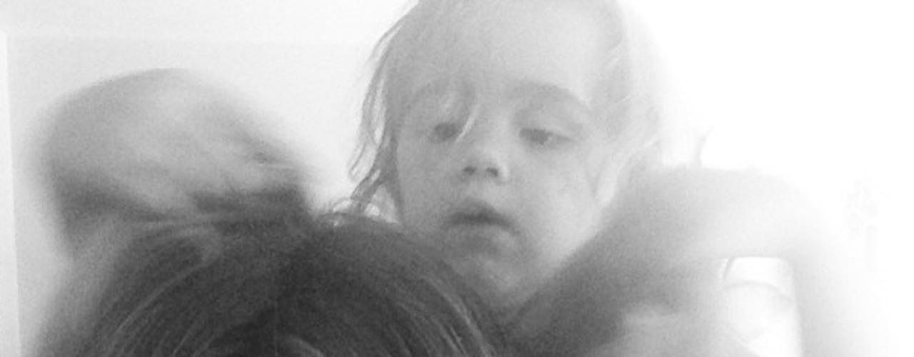 17 de Julio - Ashley Tisdale se rinde ante los caprichos de su hermana menor que hace lo que quiere con la actriz. ¡QUé bonitas hermanas!