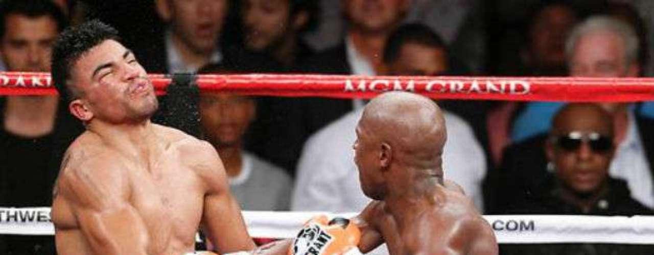 Floyd Mayweather suele ser un boxeador defensivo, que sabe cubrirse de gran forma, pero cuando se trata de atacar, sus golpes son devastadores. De sus 44 victorias, 26 han sido por nocaut.