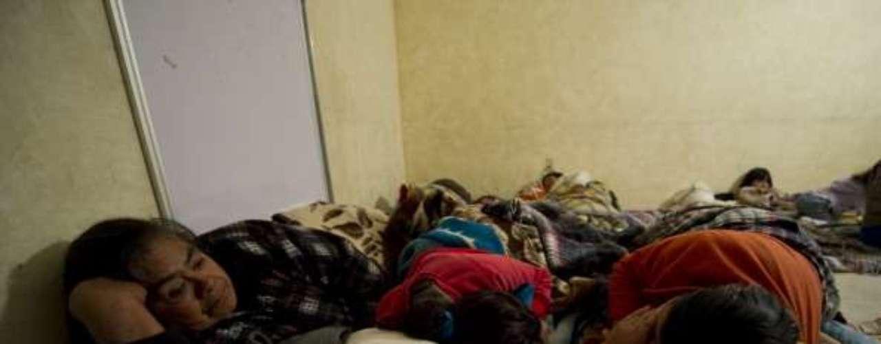 Las familias desplazadas son alojadas temporalmente en el atrio de la iglesia principal de San Miguel Totolapan, ubicado a 350 km de la ciudad de México, donde reciben alimentación y atención médica mientras se define un lugar para su reubicación.