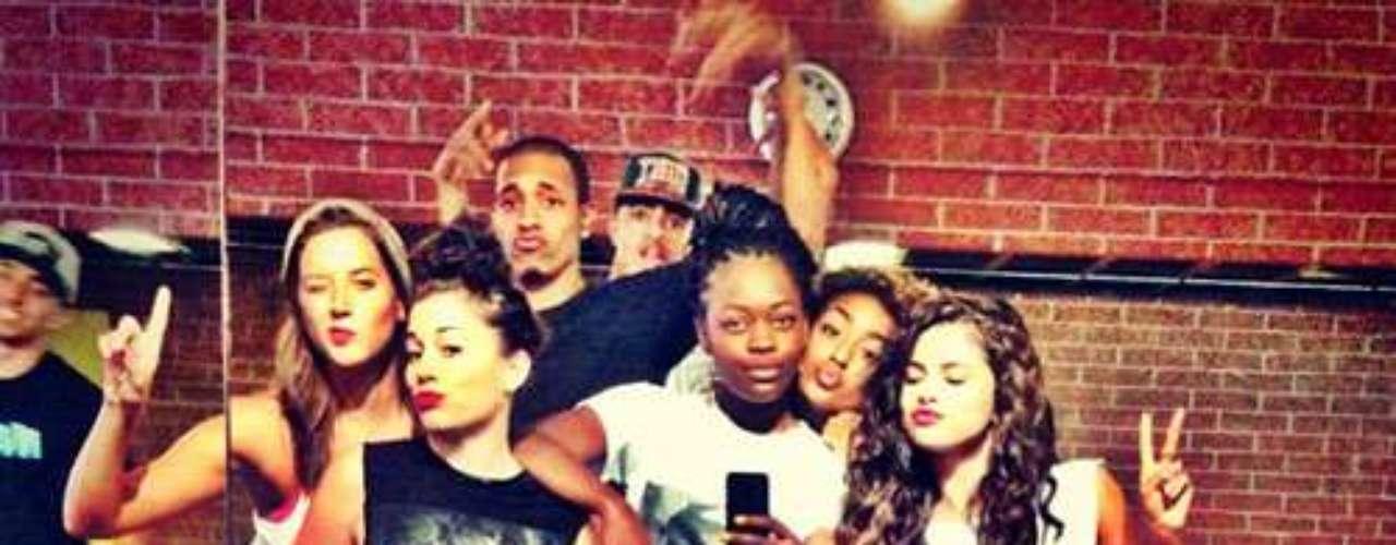 18 de Julio - Selena Gomez trabaja y se divierte al mismo tiempo con sus bailarines mientras ensayan las coreografías de sus shows.